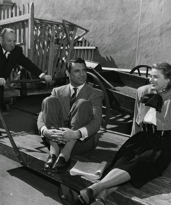 """Alfred Hitchcock empujando una plataforma con Cary Grant e Ingrid Bergman en el rodaje de """"Encadenados"""" (1946)"""