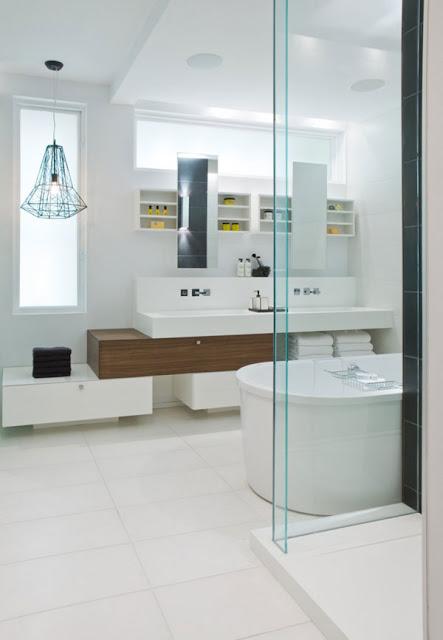 Огромная ванная комната с необычными зеркалами