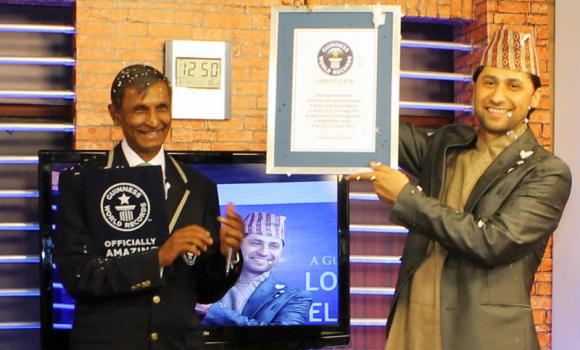 LAMICHHANE (kanan) menerima sijil daripada seorang pegawai Guinness World Records di Kathmandu semalam.