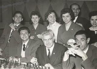 Jugando las simultáneas de ajedrez en La Farga de Bebié