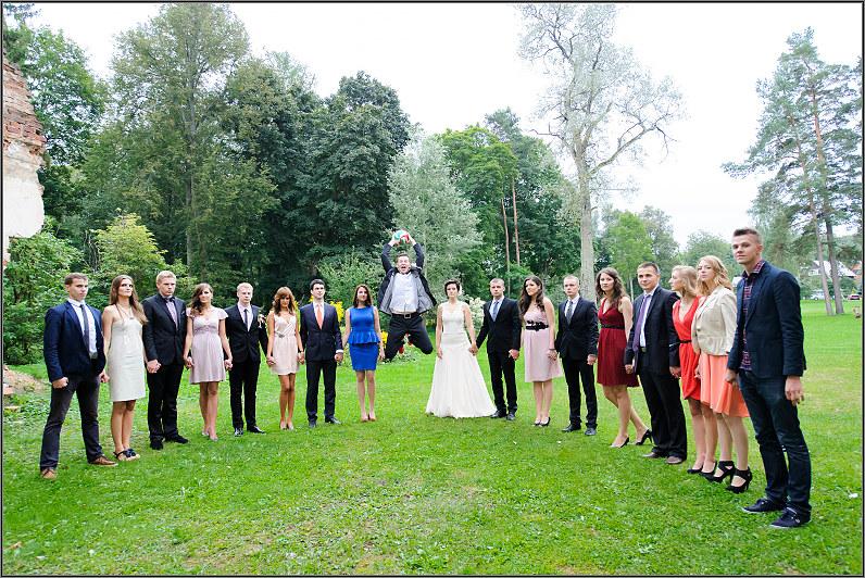 vestuvininkai žaidžia futbolą per vestuves