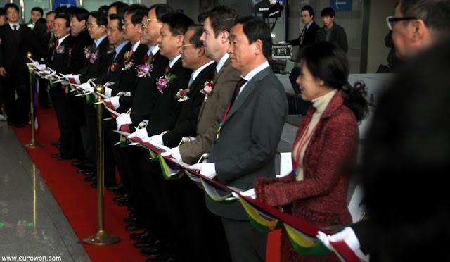 Muchas autoridades coreanas cortando la cinta inaugural del tren ITX