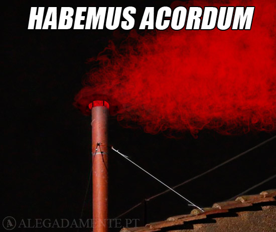 Imagem de fumo vermelho a sair de Capela Sistina