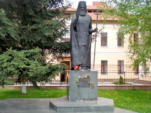 Памятник святителю Луке (Войно-Ясенецкому) в Симферополе