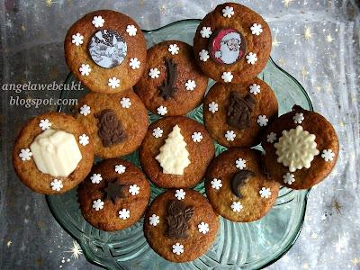 Banános muffin vaníliapudinggal töltve, karácsonyi sütemény recept, karácsonyi csokoládé lapokkal és mikulásos transzferfóliával díszítve.