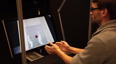 Απίστευτο!!! Συνομιλία μέσω υπολογιστών με το χέρι να... βγαίνει από την οθόνη; -Δεν είναι πια φαντασία (Βίντεο)