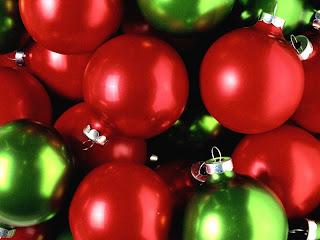 tipicas bolas de navidad rojas y verdes