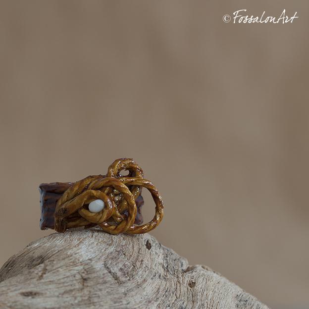 Anello in corda, gommalacca e sassolino di mare