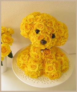 Perrito hecho con rosas amarillas.