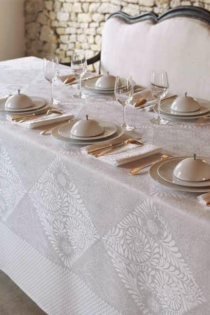 Bosphore Blanc le Jacquard Francais. Mantel, camino de mesa y servilletas