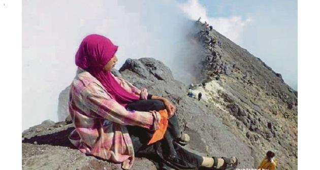 [VIDEO] NGERI ! Padah Terlalu Gila Nak Berselfie, Remaja Maut Jatuh Dalam Gunung Berapi !