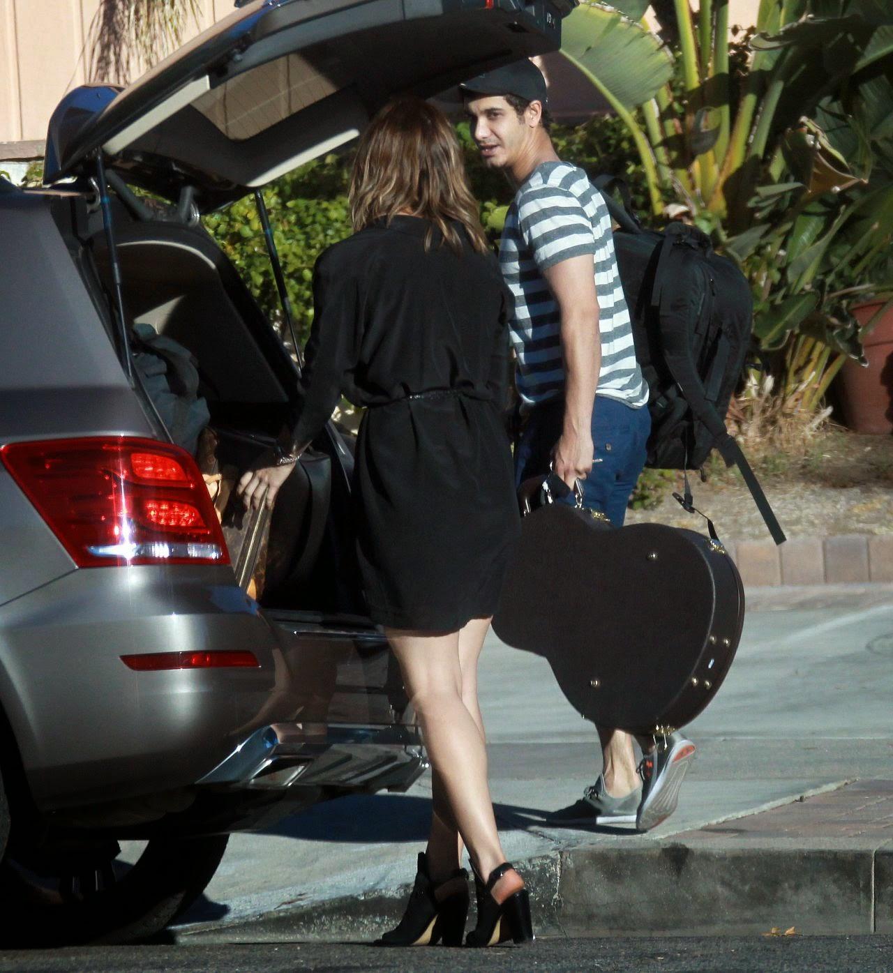 كاثرين ماكفي تبدو متأنقة خلال خروجها للتنزه في لوس انجلوس