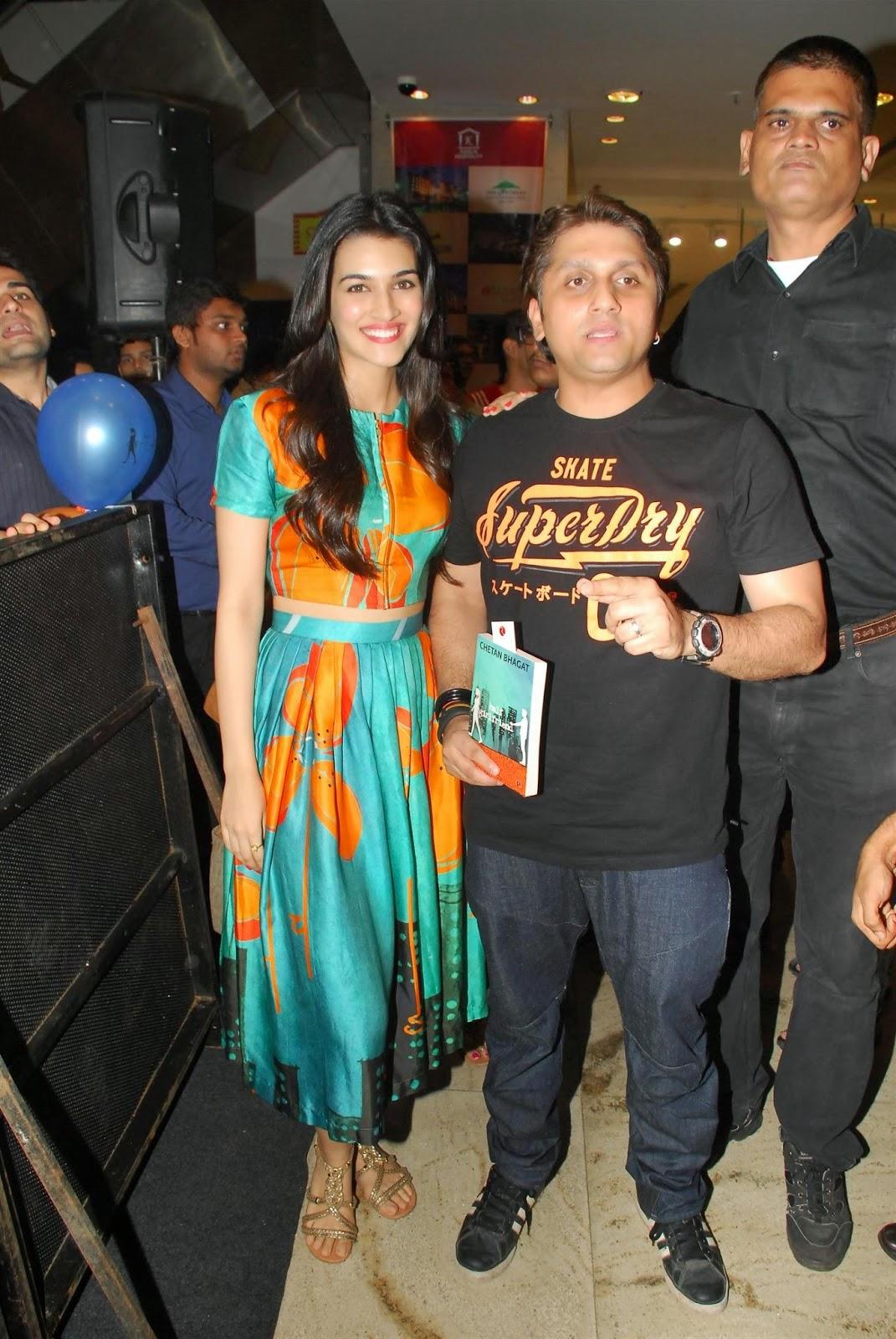 Kriti Sanon Launches Chetan Bhagat's Half Girlfriend Book