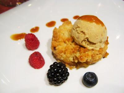 Crumble di mele gelato alla colomba pasquale e caramello salato al caffè