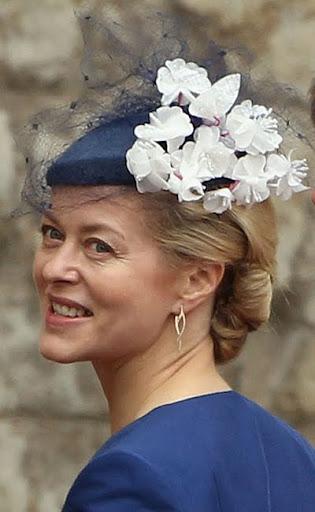 Лейди Хелън Тейлър на Кралската сватба с тъмносиня шапка с воалетка и бели цветя