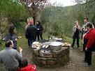 El foc preparat per coure la botifarra i fer les torrades