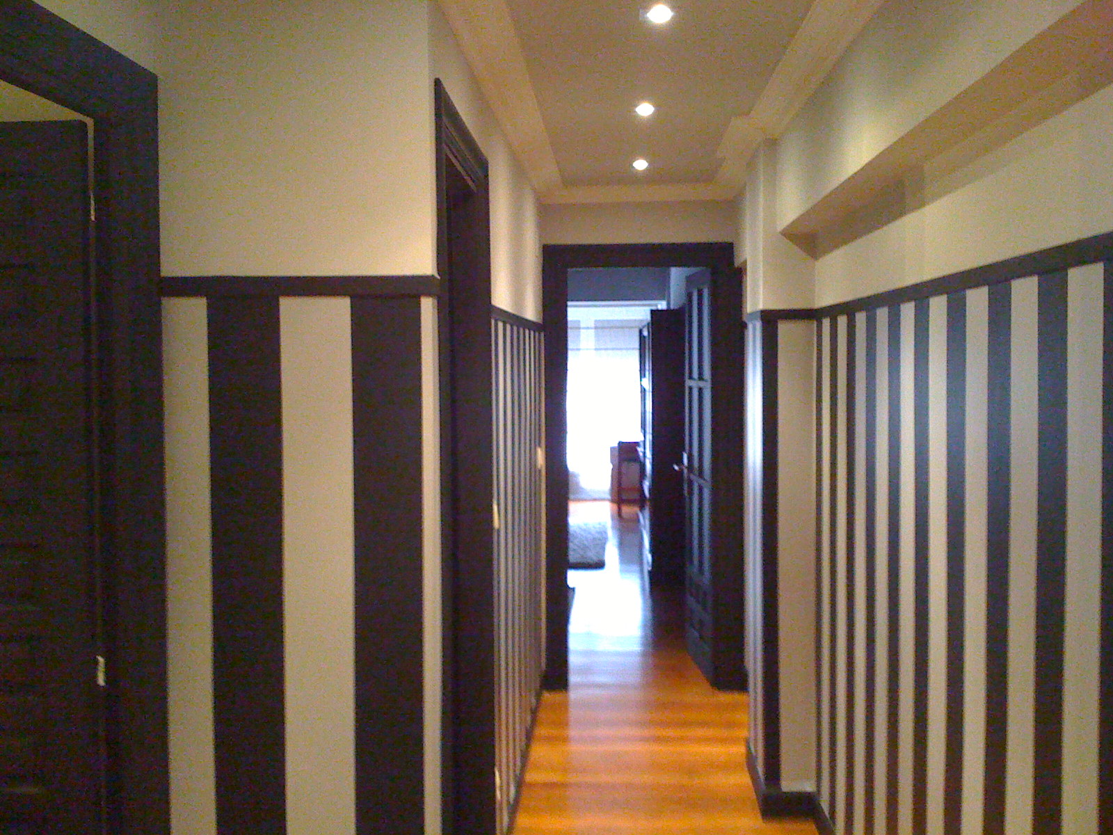 Recikla arte ampliando visualmente el pasillo con papel - Papel pared rayas verticales ...