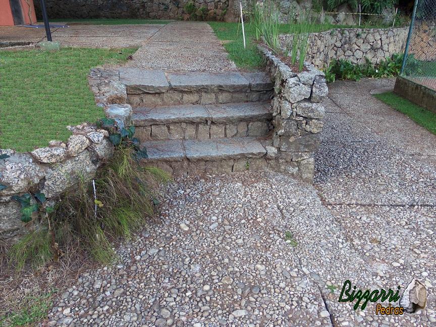 bizzarri pedras escada com pedras e paisagismo