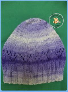 fioletowa czapka z ażurowym motywem