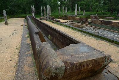 каменный гранитный желоб в Анурадхапура, Абхаягири с отбитым краем на левой стороне