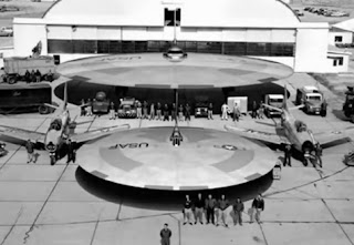 El secreto TR-3B  nave espacial capaz de viajes interestelares Usaf-ufo-flying-saucer-hangar