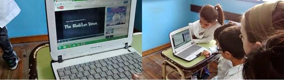 Niños viendo un video en la netbook escolar