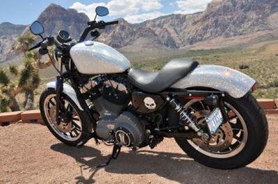 Harley-Davidson Sportster cravejado com cristais Swarovski