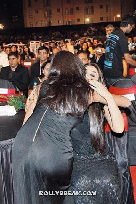 Priyanka Chopra , Kareena Kapoor in Black Dress Hugging each other - Priyanka Chopra Hugging Kareena at the Big Star Entertainment Awards 2011