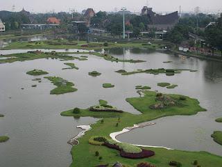Danau yang menggambarkan miniatur Indonesia di TMII