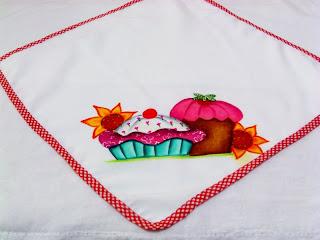 pano de microondas com cupcakes