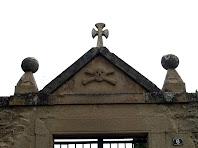 Portalada d'entrada al cementiri annex a Santa Maria de l'Antiguitat