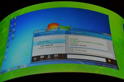 En el evento de BlackBerry Jam Asia 2013 se mostraron muchas cosas buenas para todos losusuarios. Como todos ustedes saben, BBM estará llegando a Android y iOS espero que muy pronto. El día de hoy BBM se mostró en una computadora de escritorio funcionando con Windows. Está aplicación va a funcionar de manera muy similar a BlackBerry Bridge y cómo la utilizamos BBM en el PlayBook. Esta es una gran ventaja para BBM, teniendo en cuenta algunos de los principales clientes de mensajería instantánea, como WhatsApp, no tienen una versión de escritorio y estoy seguro de que sus usuarios la