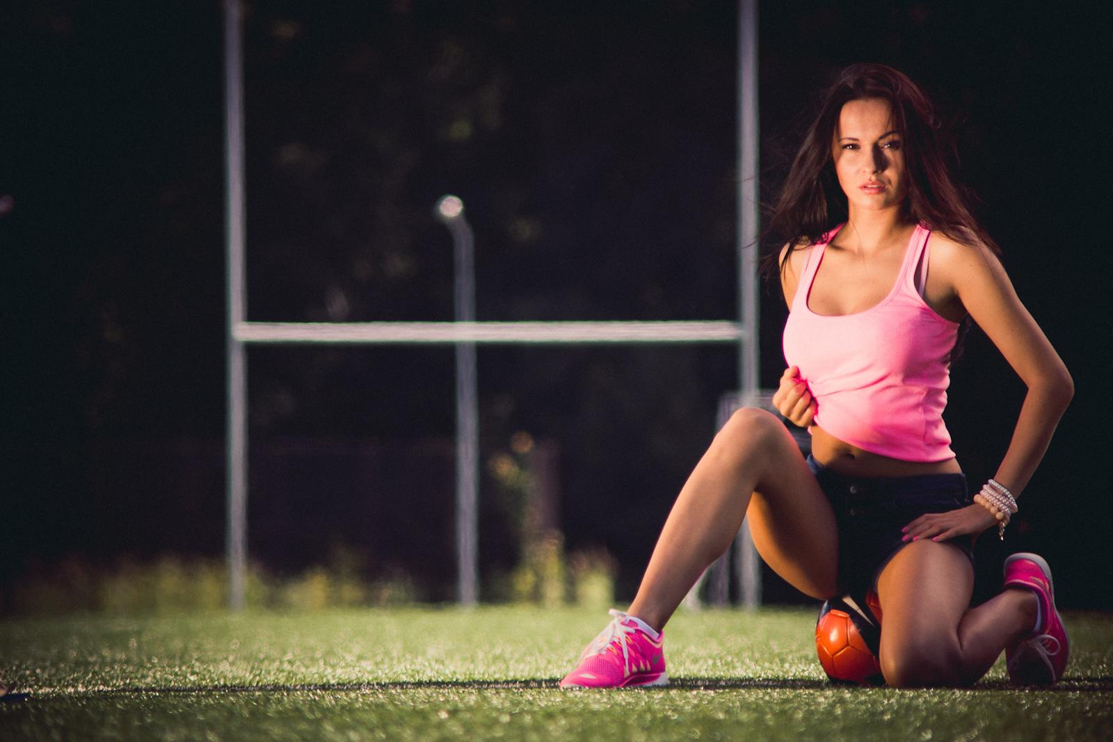 Ekstraklasa. Fotografia glamour. Dziewczyna z piłką. fot. Łukasz Cyrus