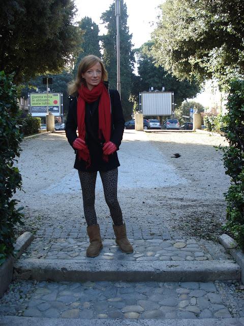 Leggings maculati, fashion blogger roma, fashion blogger, sciarpa rossa, ugg short, leopard leggings, alessia agosta design