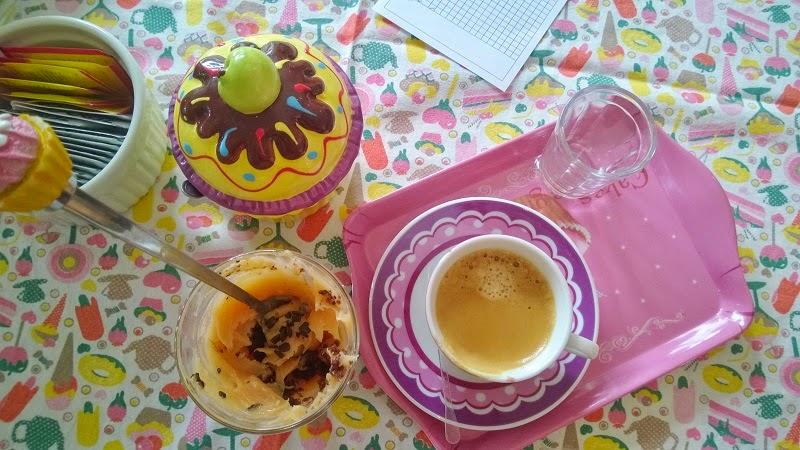 Café com bolo de chocolate e bicho de pé no copo - Madalena Brigadeiros, na cidade de Santos