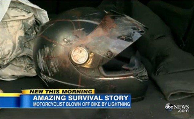 Pengendara motor ini tersambar petir dan selamat karna helm yang digunakannya  . . .