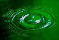 Gota de agua macro fondo verde