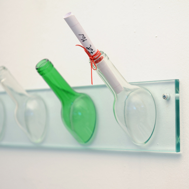 Mancebo de parede usa garrafas recicladas