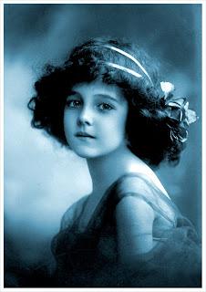 foto vintage de niña antigua en azul