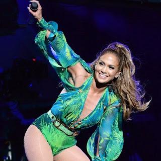 De cinta-liga, Jennifer Lopez ganha apalpada em show