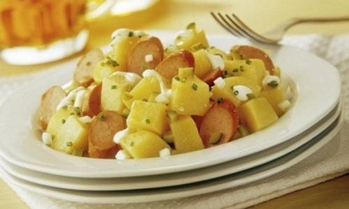 Ensalada fria de patatas y salchichas