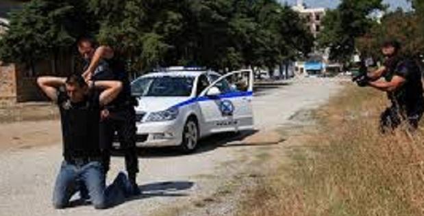 Συλλήψεις λαθρομεταναστών για δεκάδες κλοπές αντικειμένων από οχήματα