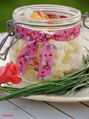 Kartoffelsalat mit Mayonnaise - serviert im Glas