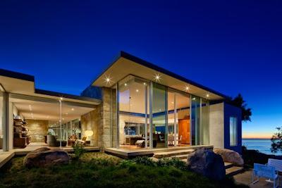 Современный дом на побережье
