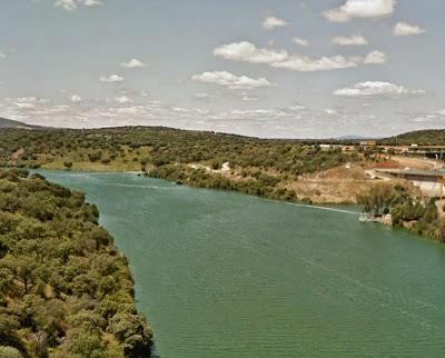 """El embalse de Torrejón-Tajo cerca del """"chorro"""" de Almaraz"""