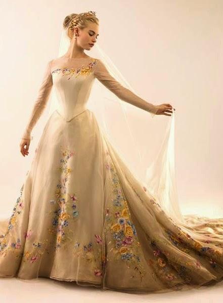 vestido de noiva e o sapatinho de cristal do filme Cinderela 2015 ...