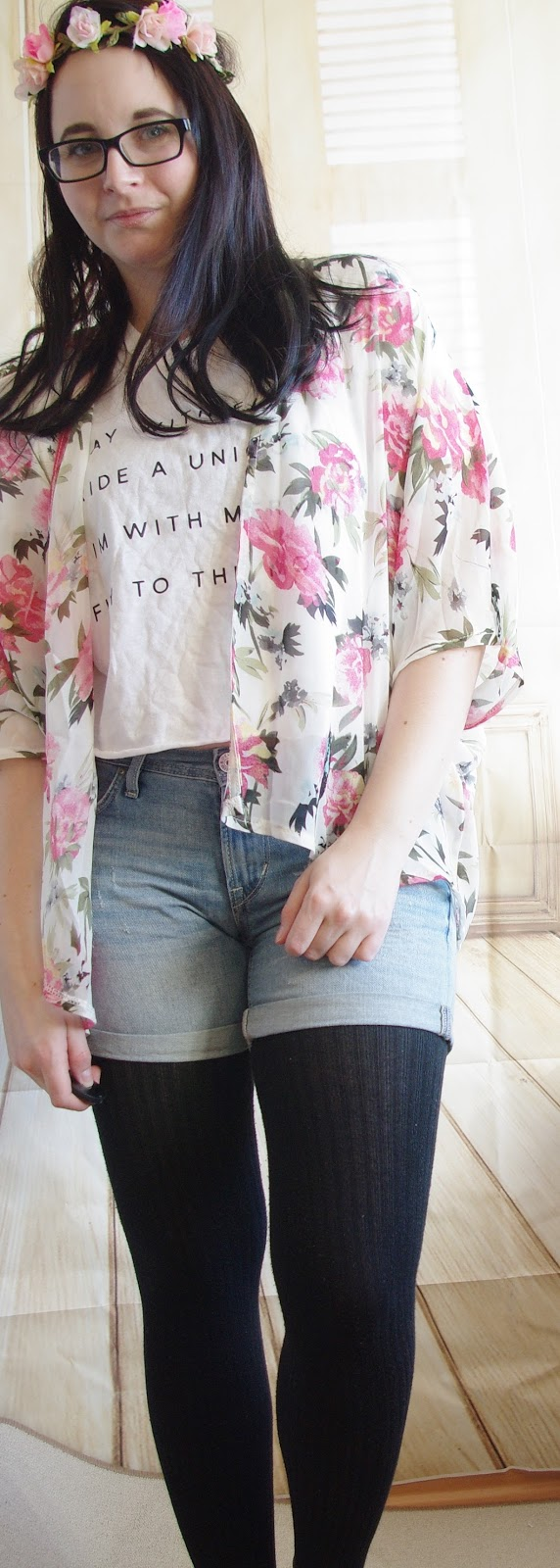 Outfit Denim Shorts, Tights, Crop Top and Kimono