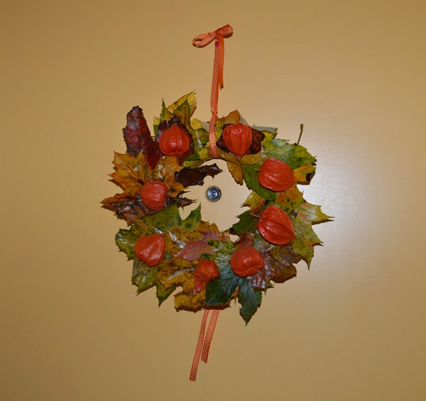 DIY fall wreath with autumn leaves