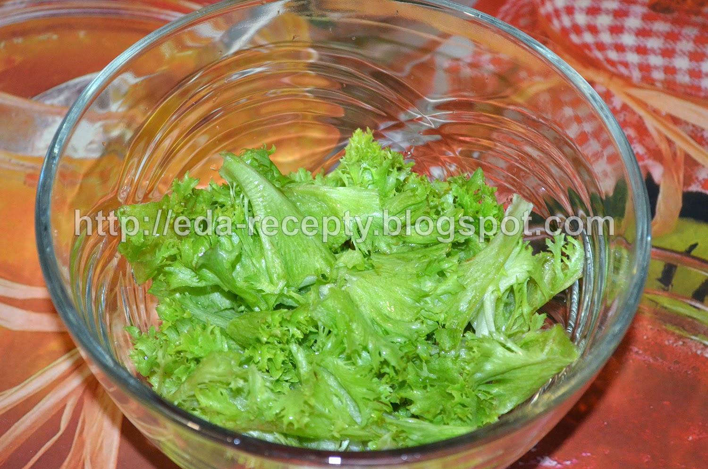 Салат Нисуаз с тунцом: листья салата порвать