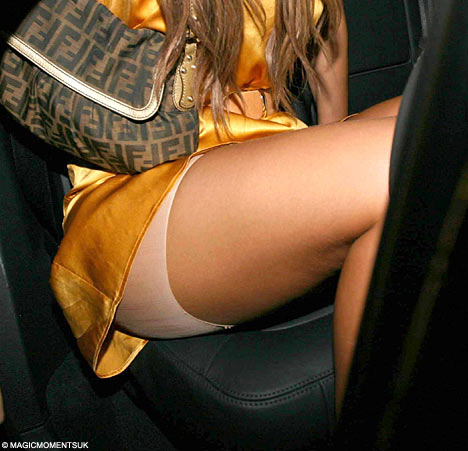 панталончики под юбкой фото